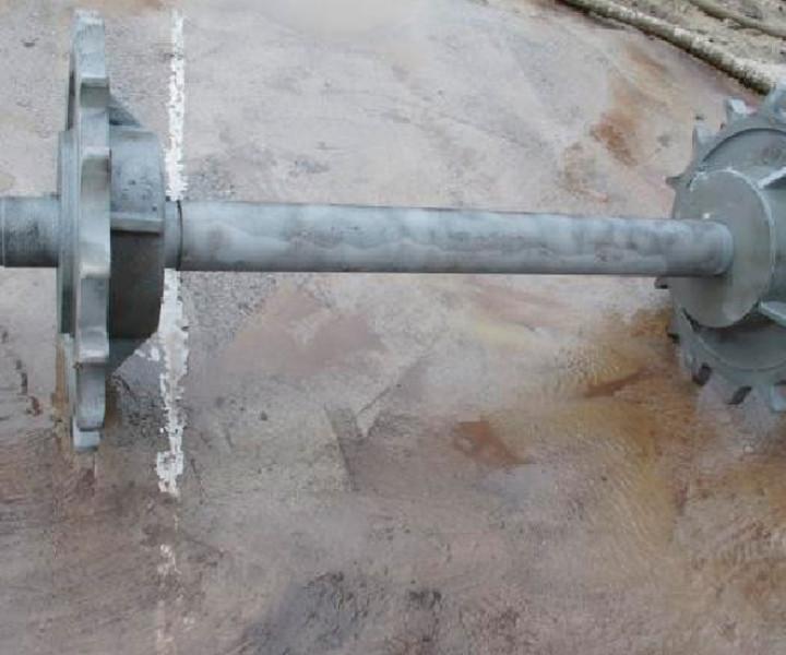 Retiro de grasas  y pintura en eje metálico con piñones